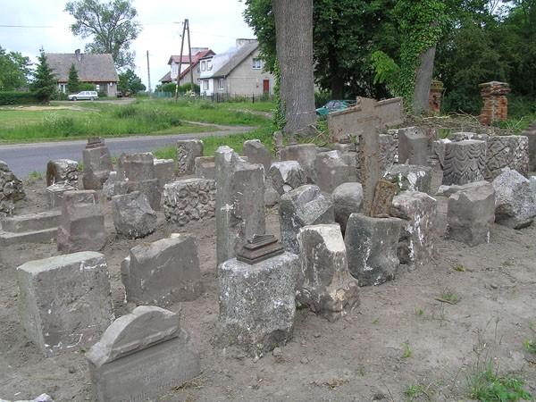 Sibin. Lapidarium na przykościelnym cmentarzu