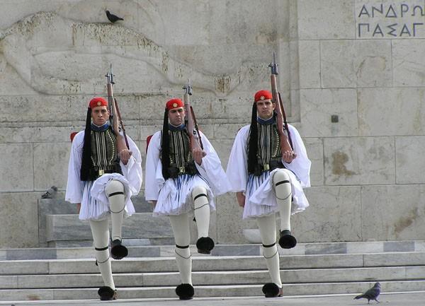 Ateny. Gapiąc się na zmianę warty…