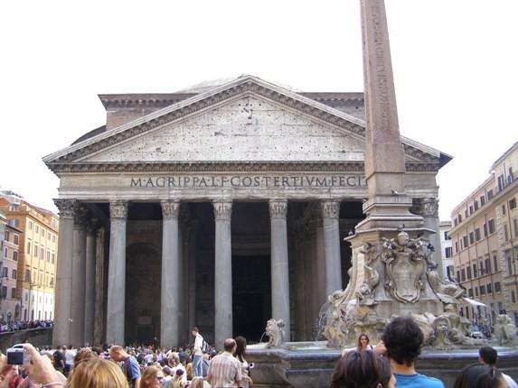 Rzym. Pod kopułą Panteonu