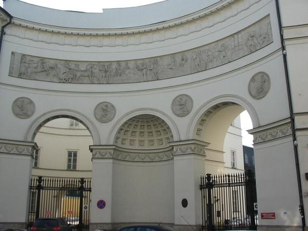 Warszawa. Przed bramą pałacu Paca
