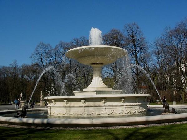 Warszawa W Ogrodzie Saskim koło fontanny…