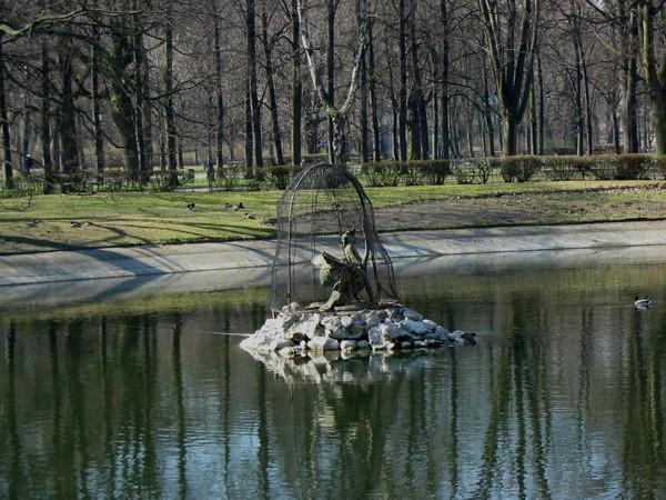 Warszawa. W Ogrodzie Saskim koło fontanny…