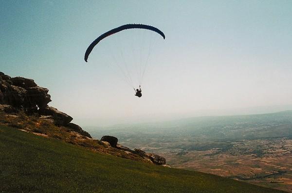 Serra do Larouco Lot nad równiną, lądowanie na łące