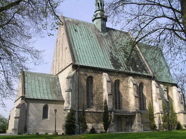 Szaniec Stary kościół za lasem