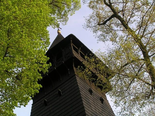 Skrzyszów. Czarna wieża kościoła nad drogą