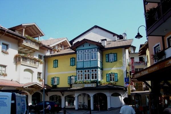 Val di Fassa Małe miasteczka w wielkiej dolinie