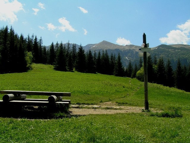 Przysłup Miętusi Siedząc na ławeczce