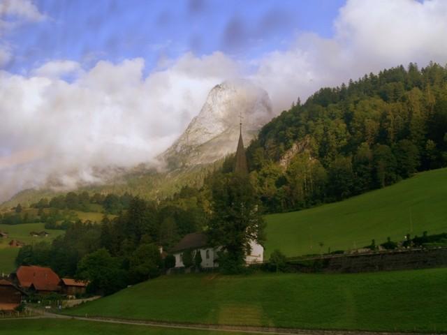 Berneński Oberland Alpejskie krajobrazy z okien pociągu