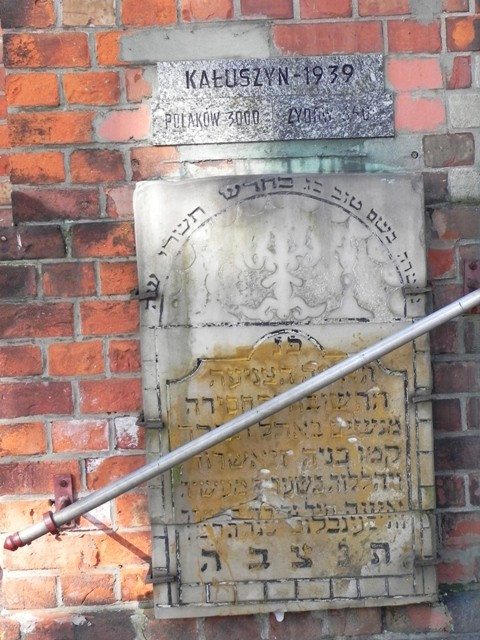 Kałuszyn. Macewa na ścianie kościoła