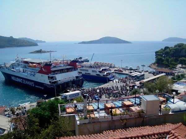 Skiatos. Port przedzielony na pół