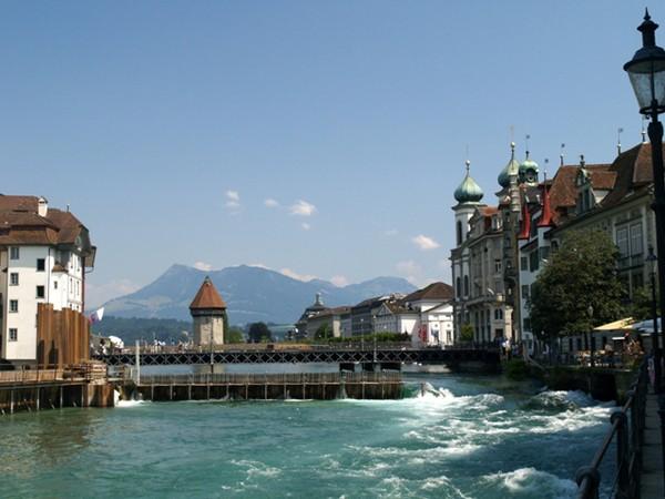Lucerna. Dom przy domu, most przy moście