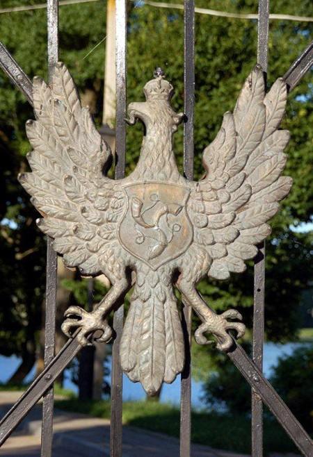 Nieśwież. Kute orły na bramach