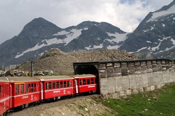 Masyw Bernina Alpejskie krajobrazy z okien pociągu