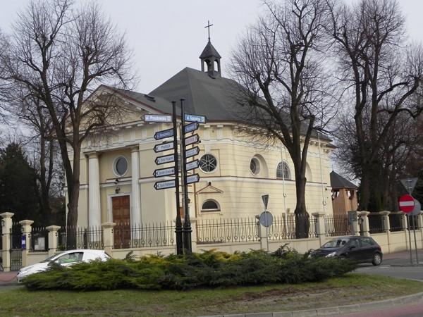 Nadarzyn Zajazd i kościół przy trakcie