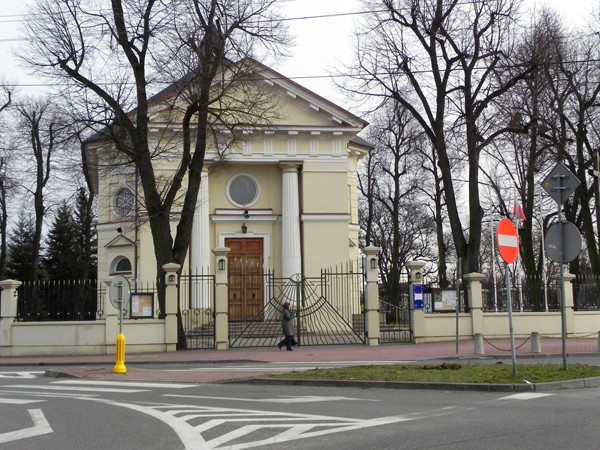 Nadarzyn. Zajazd i kościół przy trakcie