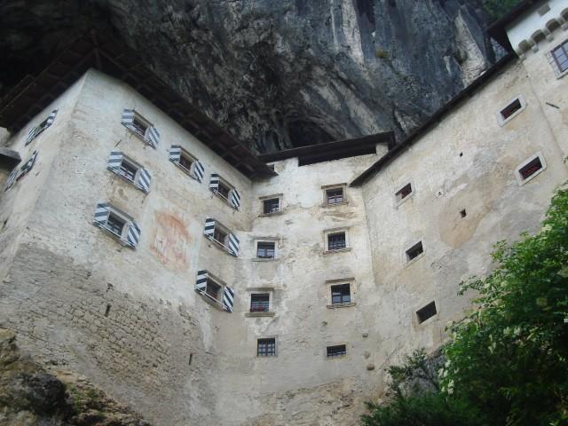Predjamski Grad. Zamek wciśnięty pod pionową skałę