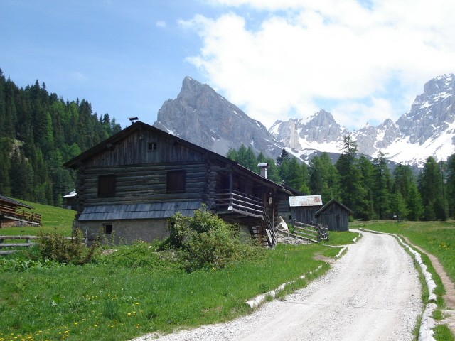 Val di San Nicolo Pod skalnymi ścianami