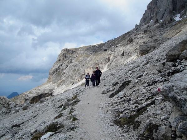 Roda di Vaél Kręte ścieżki pod skalną ścianą