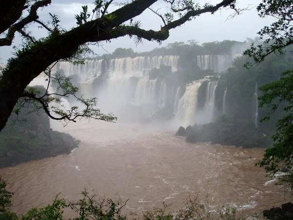 Iguazu Do wodospadu w strugach deszczu