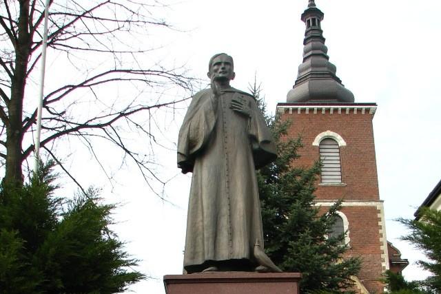 Niegowić. Pomnik wikarego Karola Wojtyły