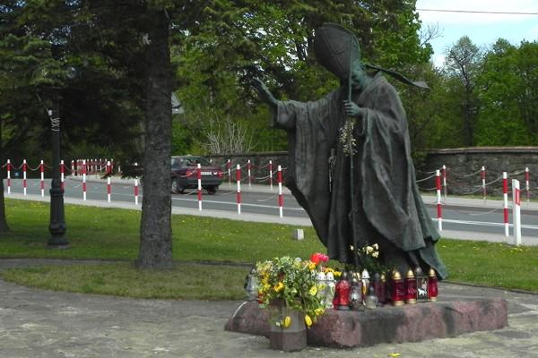 Dukla Papieski pomnik zamiast czołgu