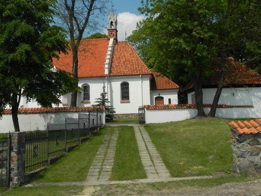 Strzygi. Kościół bez hełmu na wieży
