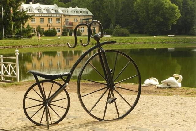 Nałęczów. Kręci się wokół pomnika roweru