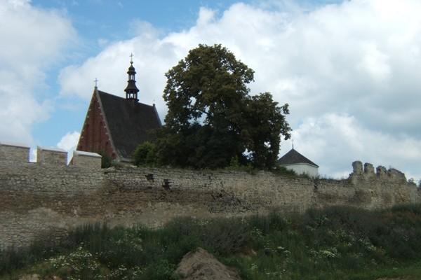 Szydłów Wieś miejskimi murami otoczona