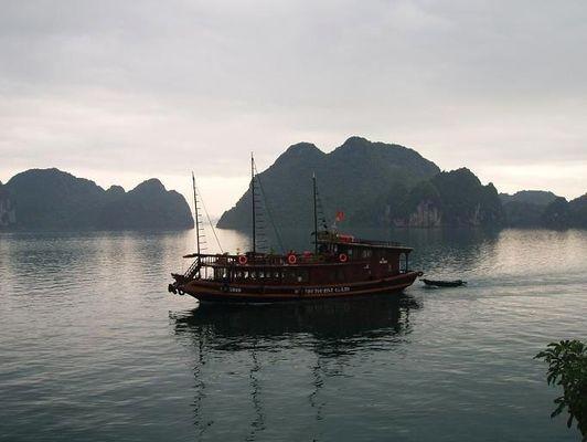 Halong bay Tysiące wysp w słońcu i we mgle
