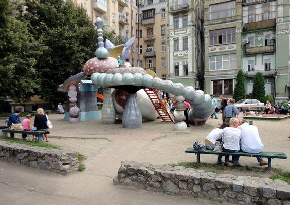 Kijów Z perspektywy placu zabaw
