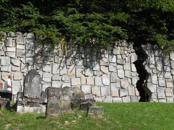 Kazimierz Dolny. Ściana Płaczu pęknięta na pół