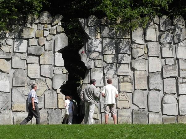 Kazimierz Dolny Ściana Płaczu pęknięta na pół