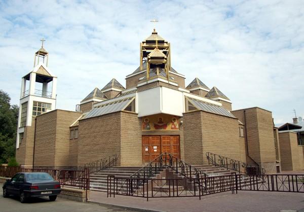 Kijów Katolickie wieże wśród kopuł cerkwi