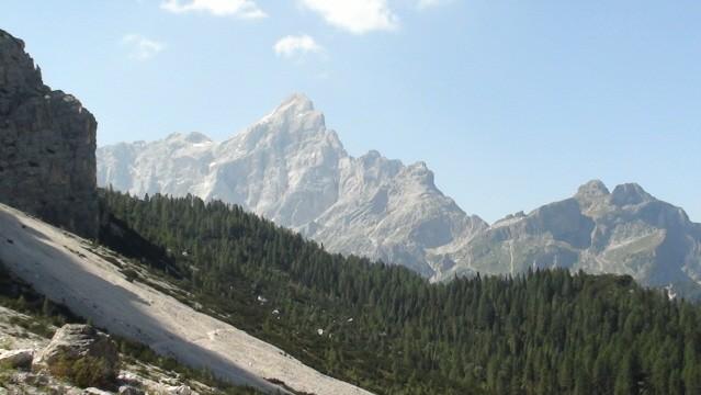 Monte Pelmo. Skalny masyw wśród zielonych wzgórz