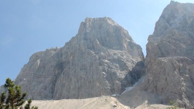 Monte Pelmo Skalny masyw wśród zielonych wzgórz
