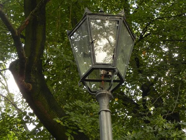 Warszawa. Gazowe latarnie przy ulicy Agrykola