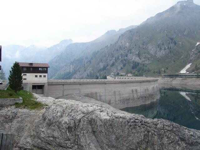 Lago di Fedaja Jezioro u podnóża masywu Marmolady