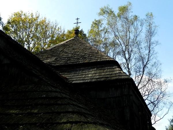 Liskowate. Niszczejąca cerkiewka na szlaku
