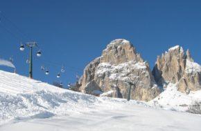 Sella Na nartach wokół skalnego szczytu