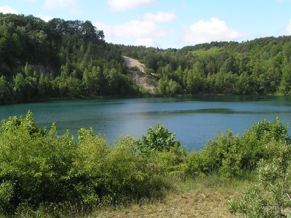 Wapnica. Turkusowe jezioro w porwaku