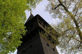 Skrzyszów Czarna wieża kościoła nad drogą