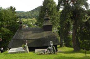 Inovce Cerkiewka na wiejskim wzgórzu