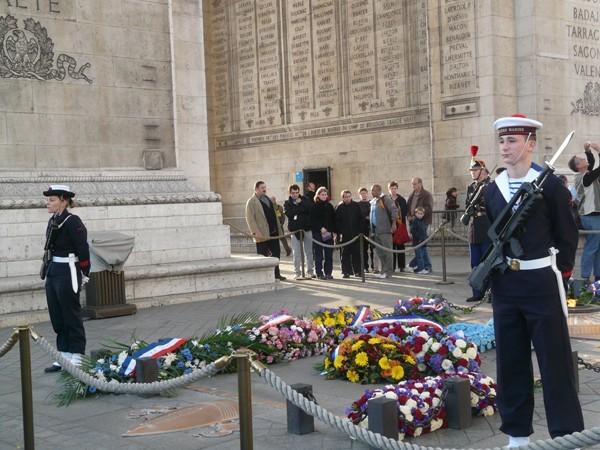 Paryż Grób Nieznanego Żołnierza pod łukiem