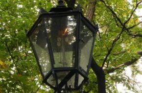 Warszawa Gazowe latarnie przy ulicy Agrykola