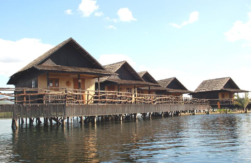 Jezioro Inle. Łodzią do hotelu na palach