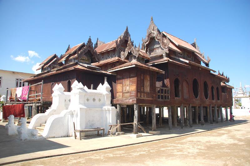 Shwe Yan Pyay Krótki przystanek u buddyjskich mnichów