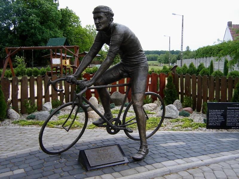 Niwki. Pomnik kolarza w rodzinnej wsi