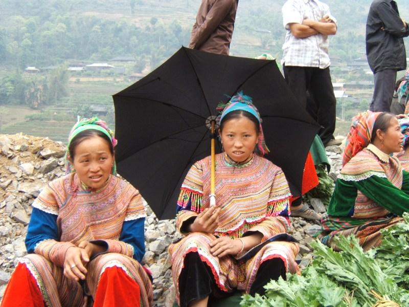 Lào Cai. Na targu, wśród kwiecistych Hmongów