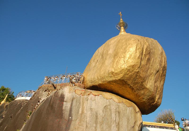 Kyaikhtiyo Stupa na wiszącej Złotej Skale