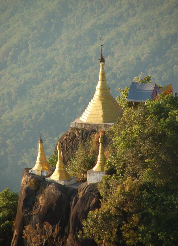 Kyaikhtiyo. Stupa na wiszącej Złotej Skale